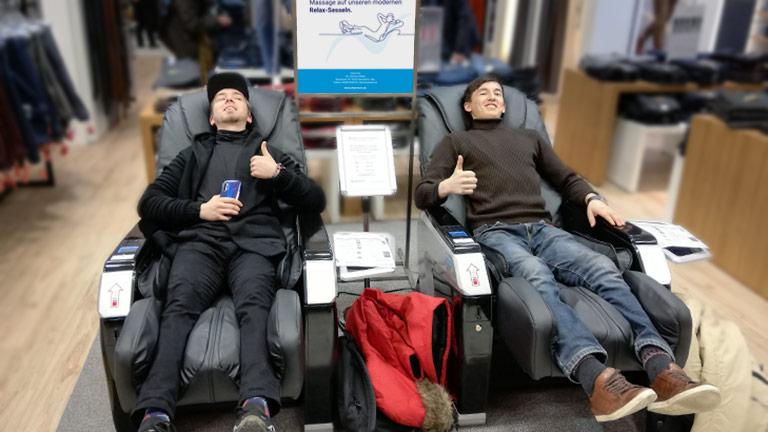 Zwei Freunde in einem ChairTech Massagesessel